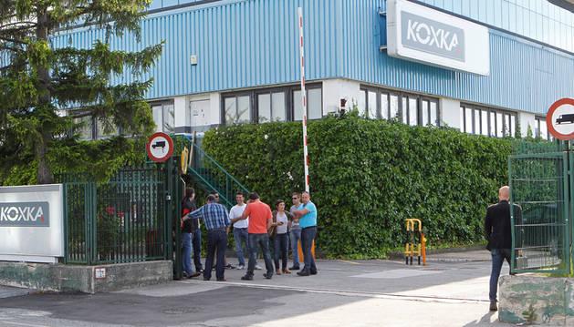 Trabajadores a la puerta de Koxka, en Landaben.