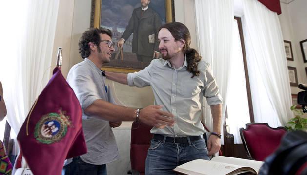 El alcalde de Cádiz, José María González, con Pablo Iglesias ante el cuadro de Salvochea.