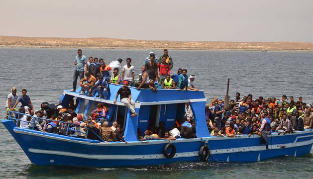 Inmigrantes rescatados cerca de la costa de Túnez.