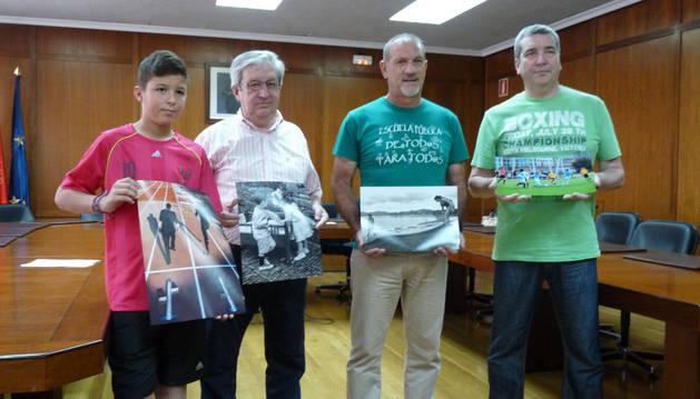 Los premiados, en el salón de plenos de Ayuntamiento de Estella.