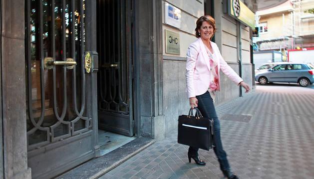 Yolanda Barcina, saliendo de la sede de UPN, en una imagen de archivo.