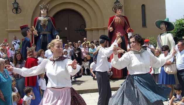 Miembros del grupo de danzas vascas bailan ante los gigantes.