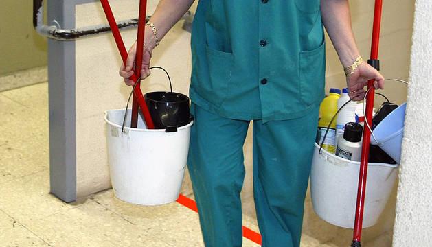 Una trabajadora de limpieza en un colegio público.