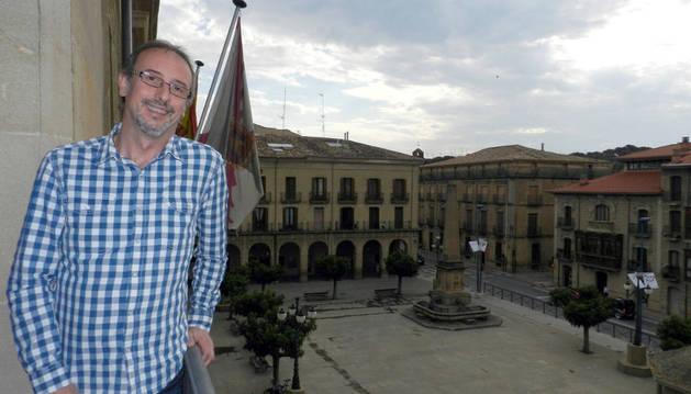 El nuevo alcalde de Tafalla, Arturo Goldaracena, en el balcón del consistorio.
