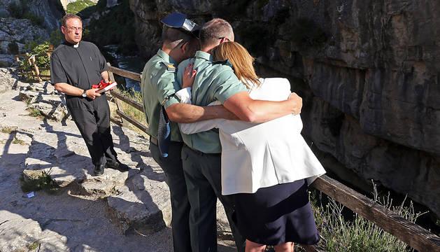 La hija y dos compañeros de José Luis Hervás se abrazan en la Foz.