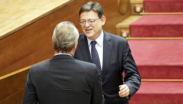 Ximo Puig recibe la felicitación de Alberto Fabra.