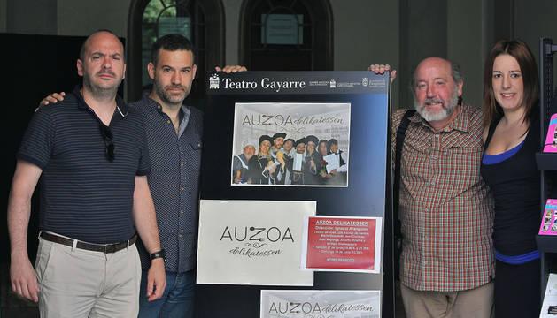 Miembros de Auzoa Teatro posan ante el cartel de la obra. De izquierda a derecha, los actores Jorge Goñi y Javier Chocarro, junto a Ignacio Aranguren, director del grupo, y Patricia Gastón, actriz de la compañía.