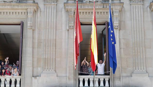 La bandera Arco Iris permanecerá varios días colgada en la fachada del Parlamento de Navarra.