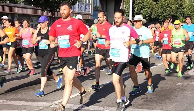 Corredores participantes en la II San Fermín Marathon que disputaron la distancia de los 21 kilómetros de la prueba. Paso por la calle Taconera y por la Avenida del Ejército.