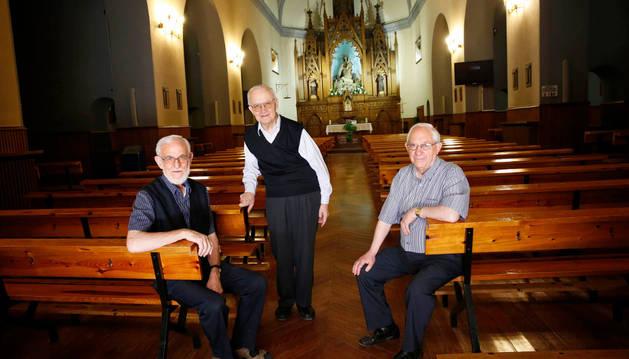 De izda. a dcha., Miguel Ángel Azcona, Alfredo Espinal y José Luis Orella, en la parroquia.