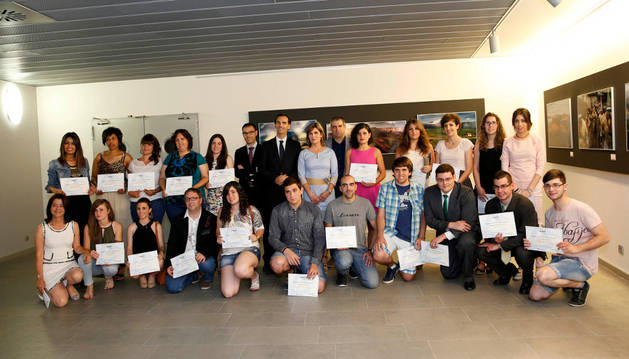 De izda. a dcha.: David Notario Morante y Adrián Mérida Gil, junto a la presidenta de la AER Laura Sandúa Escribano.