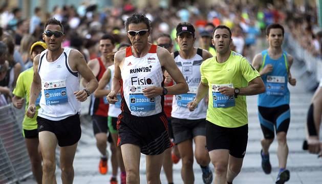 Corredores participantes en la II San Fermín Marathon que disputaron la distancia de los 21 kilómetros de la prueba. Paso por la calle Taconera y por la Avenida del Ejército. Salida desde la Plaza del Castillo y llegada de los vencedores a la meta de la Plaza de Toros.