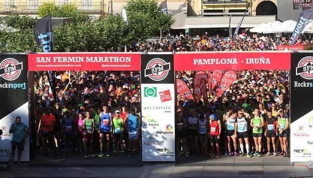 Corredores participantes en la II San Fermín Marathon que disputaron la distancia de los 42 kilómetros de la prueba. Paso por la calle Taconera y por la Avenida del Ejército. Salida de la prueba desde la Plaza del Castillo.