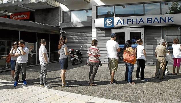 El BCE decide hoy si pone fin al préstamo a los bancos griegos