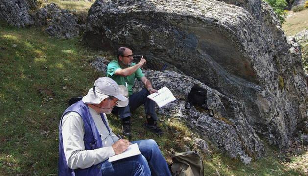 Los paleontólogos Miguel Pardo Alonso (primer plano), y Eladio Liñán.