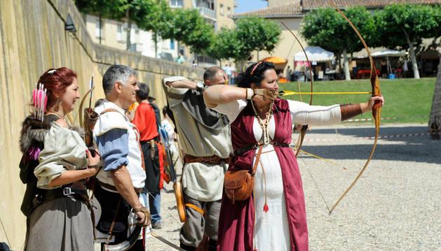 Unos 20 arqueros, entre ellos Encarna Garrido (a la derecha), ofrecieron una exhibición de tiro con arco.