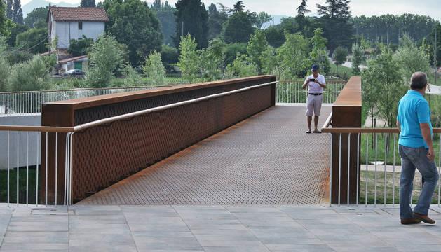 Todos los vecinos que pasaron por la nueva pasarela peatonal quisieron inaugurarla.