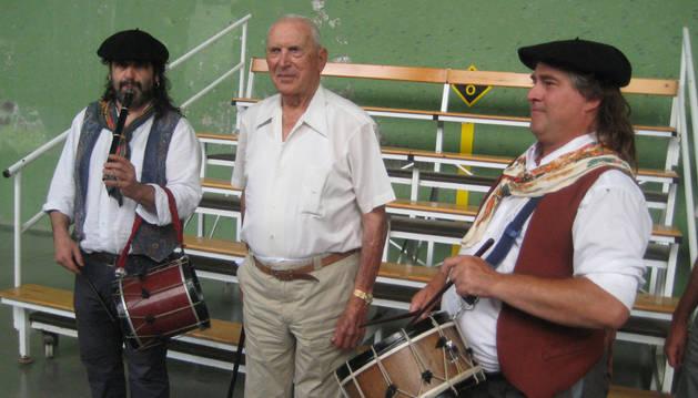 El txistulari Patxi Larralde y Miguel Gallastegui.