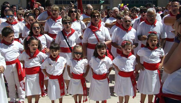 Integrantes de la Escuela de Jotas de Castejón cantan a la Virgen del Amparo.