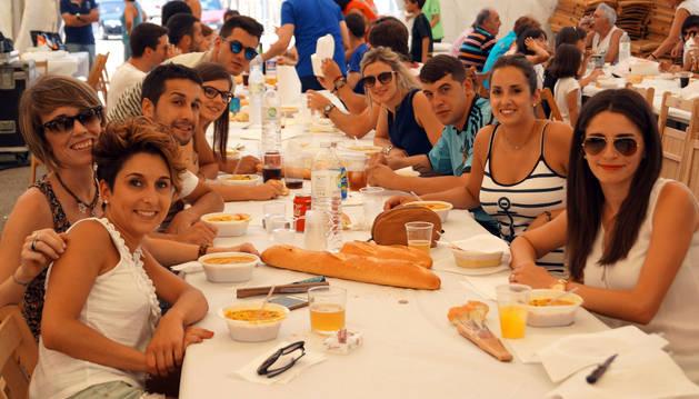 En Fustiñana pasaron el caluroso fin de semana acompañados de música, vaquillas, atracciones y una paellada popular.