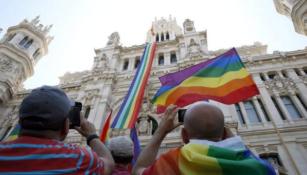 La bandera arcoíris desplegada en el Palacio de Cibeles.