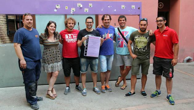 Miembros de la peña con el cartel anunciador del programa de actos.