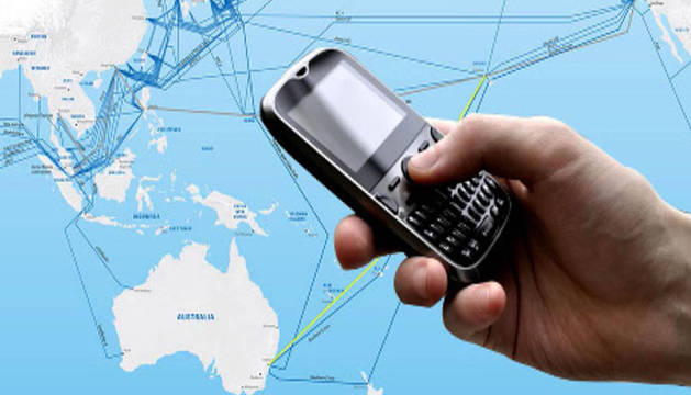 Un teléfono móvil sobre un mapa del mundo.
