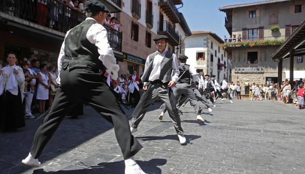 Los dantzaris realizando uno de los pasos más característicos del trapatan.