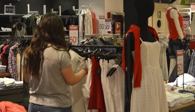 Poca afluencia en la apertura del período de rebajas de verano 2015 en unos grandes almacenes de Pamplona.