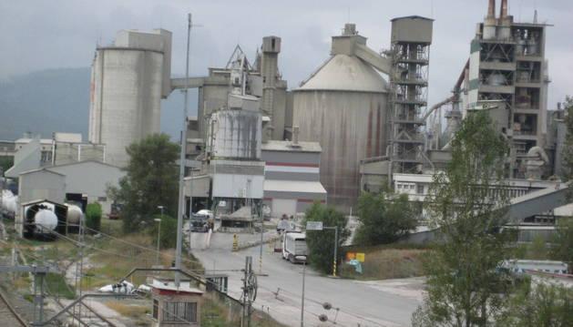 Detalle del acceso principal a las instalaciones de Cementos Portland en Olazagutía.