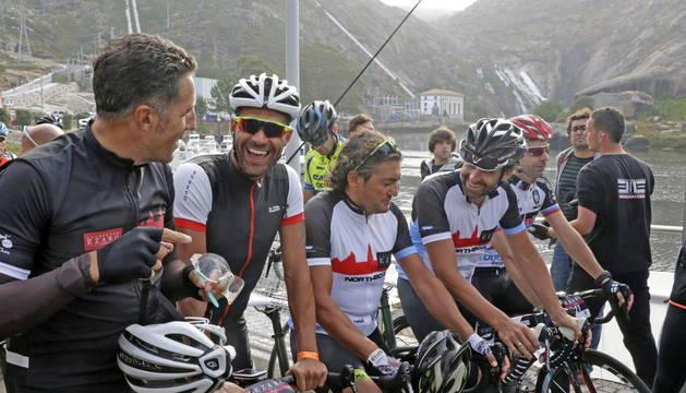 Los exciclistas Miguel Indurain, Óscar Pereiro, Claudio Chiapucci y Ezequiel Mosquera conversan en la salida.