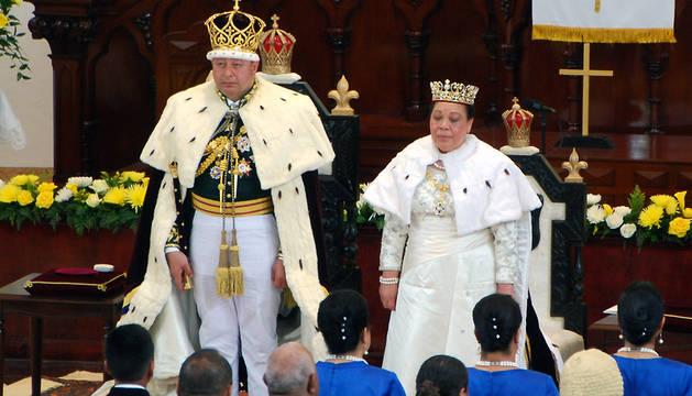 El rey King Tupou VI y la Reina Nanasipau'u, en la coronación.