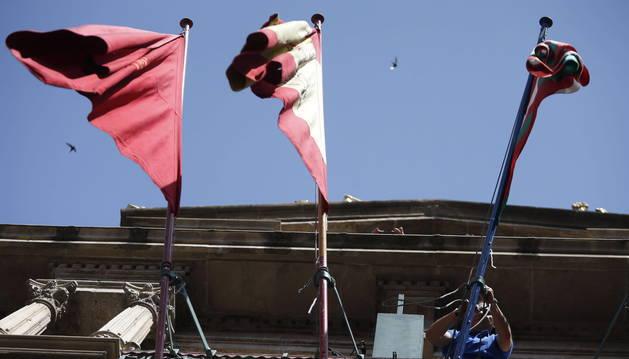 Colocan la ikurriña en el Ayuntamiento de Pamplona.