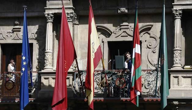 Colocación de la Ikurriña en el balcón del Ayuntamiento de Pamplona antes del inicio de las fiestas de San Fermín 2015.