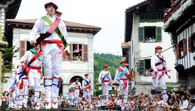 Los ezpatadantzaris, bailando el Zubigainekoa ante un numeroso público.