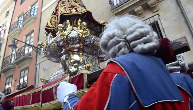 Miles de personas han llenado esta mañana las calles del Casco Viejo pamplonés para honrar a San Fermín en el día grande las fiestas, en el que también se ha oficiado una misa en su honor a la que buena parte del nuevo Ayuntamiento, incluido el alcalde, ha decidido no asistir.