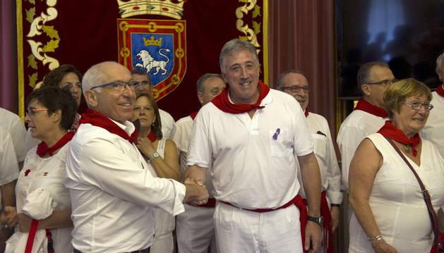 Joseba Asirón estrecha la mano a su homólogo en Bayona, Jean-René Etchegaray.