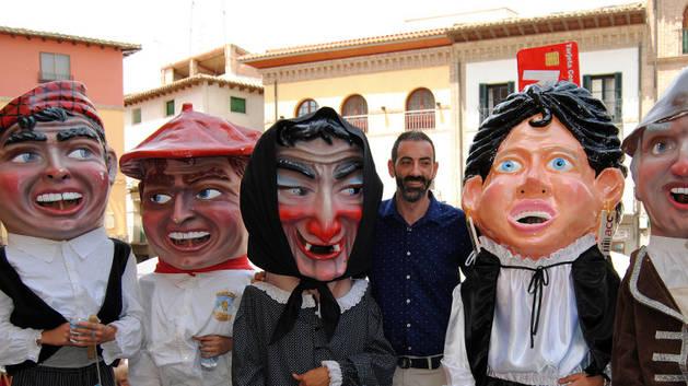 El alcalde, Gorka García, junto a cinco de los cabezudos.