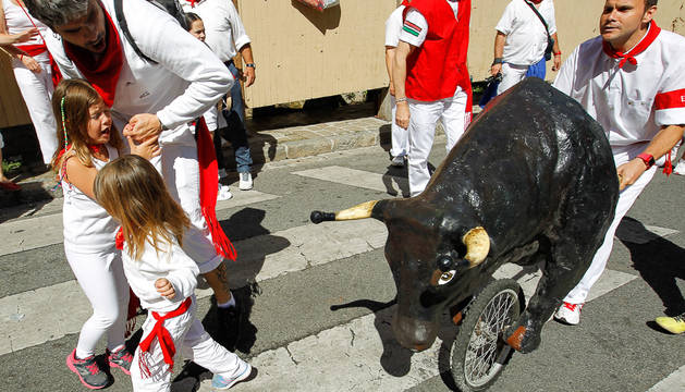 Cientos de niños corrieron ante las astas de los toros de cartón.