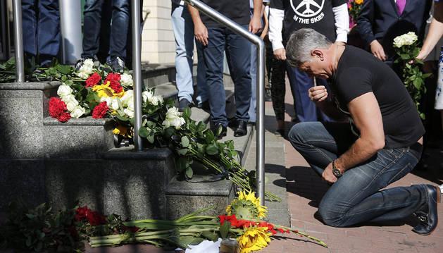 Ofrenda floral en la embajada holandesa en Kiev.