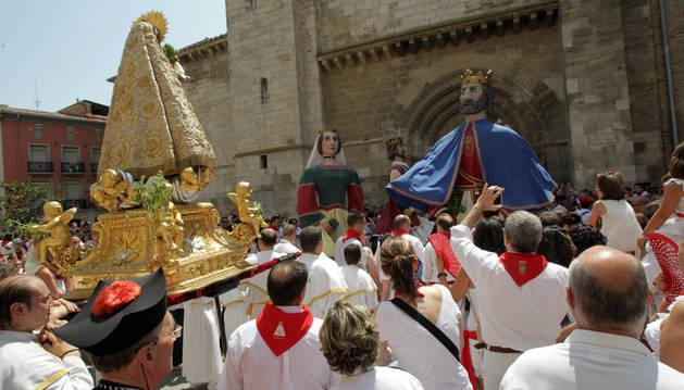 Los gigantes bailan ante Santa Ana al final de la procesión.