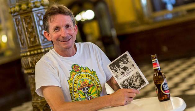 El autor Tim Pinks en el Café Iruña.