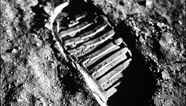 Huella sobre la superficie lunar.
