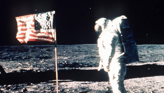 El primer astronauta en la Luna, con la bandera de EE UU.
