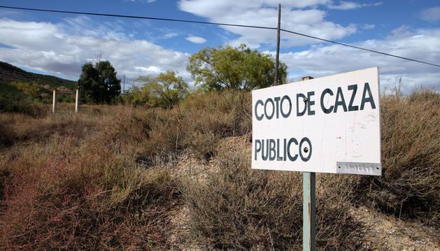 Imagen de un cartel que indica la zona de coto de caza de Tudela.