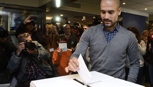 Guardiola, votando en la consulta del 9N.