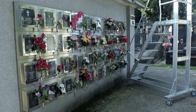 Imagen de un grupo de columbarios cinerarios en el cementerio de Pamplona.