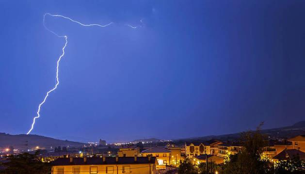 Imagen de archivo de un rayo sobre Ayegui.