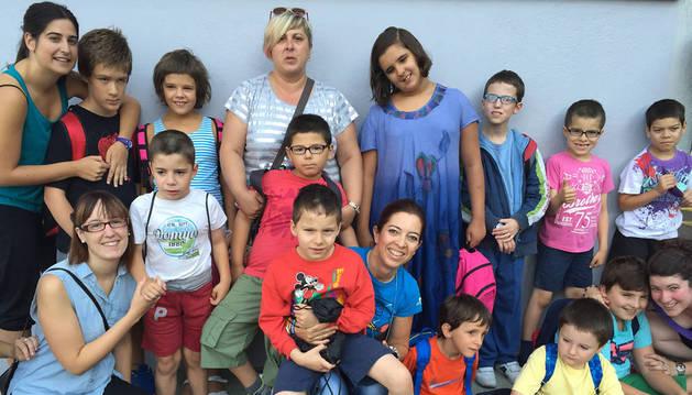 Una parte de los niños que acuden a esta escuela de verano, junto con padres y monitores.