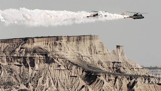 Dos helicópteros lanzan bangalas de señuelo en las Bardenas Reales.